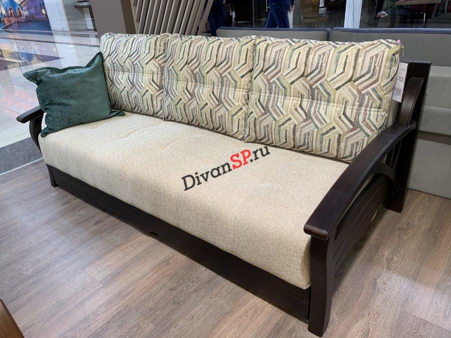 прямой диван-кровать с деревянными подлокотниками